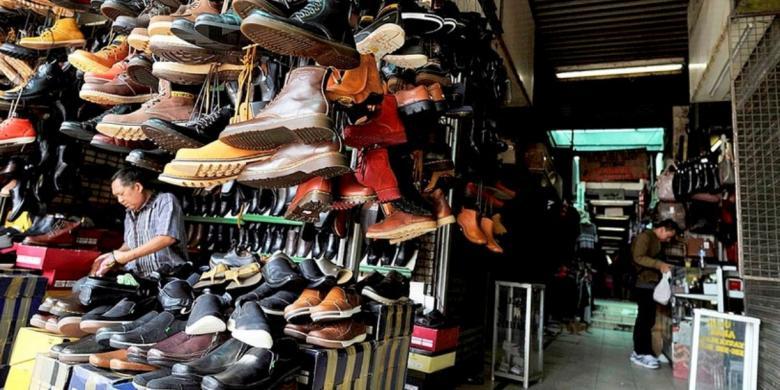 gambar berjualan sandal dan sepatu